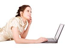 Empresaria femenina caucásica que trabaja en el cuaderno Fotografía de archivo