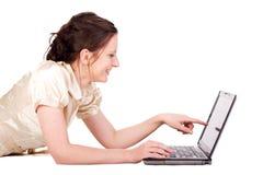 Empresaria femenina caucásica que trabaja en el cuaderno imagen de archivo
