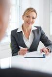Empresaria femenina Interviewing Male Candidate Imagenes de archivo