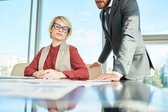 Empresaria femenina moderna en oficina imagen de archivo libre de regalías
