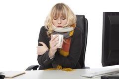 Empresaria fría que bebe una taza de café caliente Fotografía de archivo libre de regalías