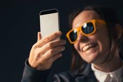 Empresaria fresca que hace el retrato de la foto del selfie con smartphone fotos de archivo