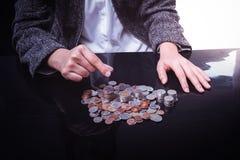 Empresaria Hand Put Coins a la pila de monedas Fotografía de archivo libre de regalías