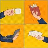 Empresaria Hands Set con la taza de café, libro, ordenador portátil Fotografía de archivo libre de regalías