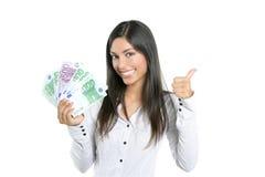 Empresaria hermosa del éxito que lleva a cabo notas euro Imagen de archivo libre de regalías