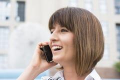 Empresaria hermosa en el teléfono Foto de archivo libre de regalías