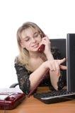 Empresaria hermosa en su oficina con el teléfono Fotos de archivo libres de regalías