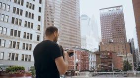 Empresaria hermosa joven con los documentos y smartphone que va a trabajar en Nueva York, América Cámara lenta metrajes