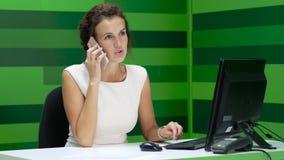 Empresaria hermosa joven que habla en el teléfono almacen de metraje de vídeo