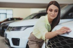 Empresaria hermosa que compra el nuevo automóvil imágenes de archivo libres de regalías