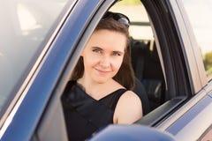 Empresaria hermosa que conduce en el coche Fotos de archivo