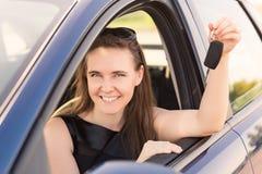 Empresaria hermosa que conduce en el coche Foto de archivo libre de regalías