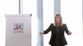 Empresaria hermosa que lleva una reunión en la sala de conferencias almacen de metraje de vídeo