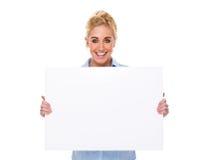 Empresaria hermosa que sostiene la tarjeta en blanco Foto de archivo