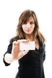 Empresaria hermosa que sostiene una tarjeta blanca Imágenes de archivo libres de regalías