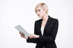 Empresaria hermosa que usa el ordenador de la tablilla Fotografía de archivo libre de regalías