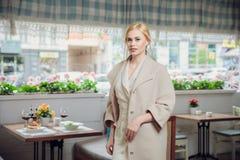 Empresaria hermosa rubia que presenta en un restaurante fotografía de archivo