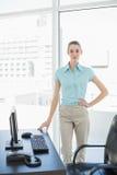 Empresaria hermosa seria que presenta en su oficina Imagen de archivo libre de regalías