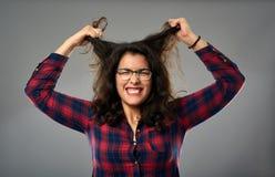 Empresaria hispánica enojada que tira de su pelo imagen de archivo