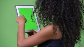 Empresaria hispánica hermosa joven que usa la tableta digital metrajes