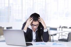 Empresaria india cansada en lugar de trabajo Imagen de archivo libre de regalías