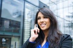 Empresaria india en el teléfono Fotografía de archivo libre de regalías