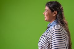 Empresaria india hermosa gorda joven contra fondo verde imágenes de archivo libres de regalías