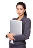 Empresaria india que se sostiene con el ordenador portátil Foto de archivo