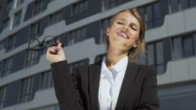 Empresaria inteligente que saca los vidrios almacen de video