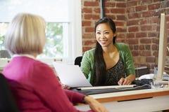 Empresaria Interviewing Female Job Applicant In Office Foto de archivo libre de regalías