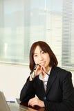 Empresaria japonesa que sueña en su futuro Foto de archivo libre de regalías