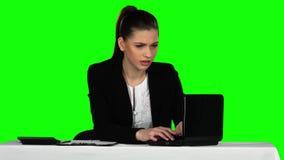 Empresaria joven abrumada por demasiado trabajo en oficina Pantalla verde almacen de metraje de vídeo