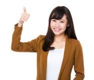 Empresaria joven asiática con el pulgar para arriba Imágenes de archivo libres de regalías