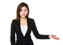 Empresaria joven asiática con la palma abierta de la mano Fotos de archivo