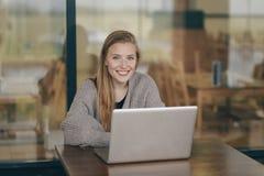 Empresaria joven asiática linda hermosa en el café, usando la tableta digital y la sonrisa de consumición del café fotografía de archivo