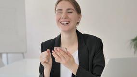 Empresaria joven Celebrating Success en Smartphone almacen de metraje de vídeo