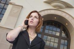 Empresaria joven On Cell Phone delante ayuntamiento Foto de archivo