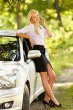 Empresaria joven cerca de su coche Fotos de archivo libres de regalías