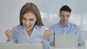 Empresaria joven Cheering para los resultados en el trabajo almacen de video