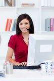 Empresaria joven con el receptor de cabeza encendido fotos de archivo