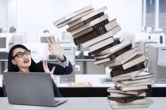 Empresaria joven con exceso de trabajo Foto de archivo