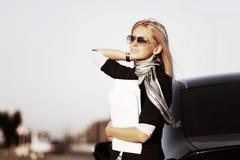 Mujer de negocios que sostiene los papeles financieros Foto de archivo