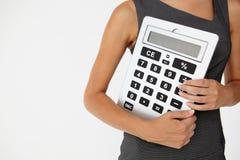 Empresaria joven con la calculadora gigante foto de archivo