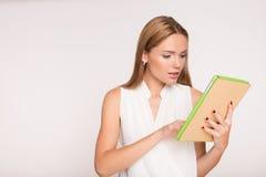 Empresaria joven con la tableta Fotos de archivo libres de regalías
