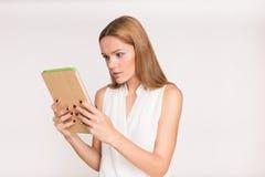 Empresaria joven con la tableta Fotografía de archivo
