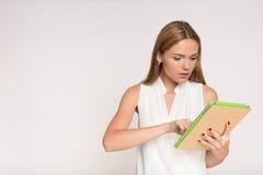 Empresaria joven con la tableta Fotografía de archivo libre de regalías