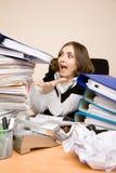 Empresaria joven con toneladas de documentos foto de archivo libre de regalías