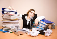 Empresaria joven con toneladas de documentos imagen de archivo
