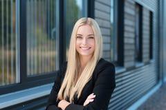 Empresaria joven confiada feliz Fotos de archivo libres de regalías