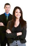 Empresaria joven confiada feliz con el colega masculino imagen de archivo